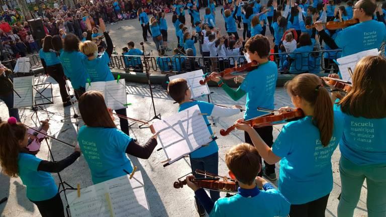 Centenares de personas llenan el Parque Municipal de Béjar por la música